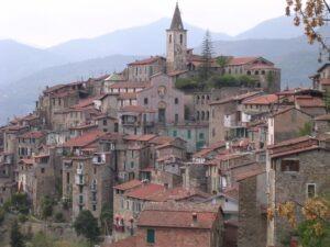 Apricale. Dorf im Hinterland der italienischen Riviera. Urlaub im Ferienhaus in Ligurien