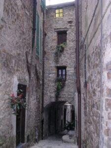 Apricale. Dorf im Hinterland der italienischen Riviera. Gasse in der Altstadt