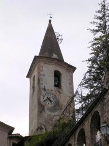 Apricale. Kirchturm mit Fahrrad. Urlaub im Hinterland der italienischen Riviera in Ligurien
