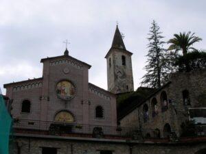 Apricale. Hinterland der italienischen Riviera.Neoromanische kirche mit Castello und Kirchturm