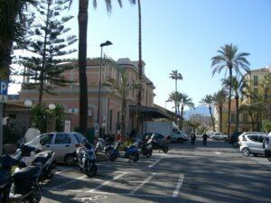 Bordighera am Bahnhof. Urlaub an der italienischen Riviera im Ferienhaus Casa rochin bei Dolceacqua in Ligurien