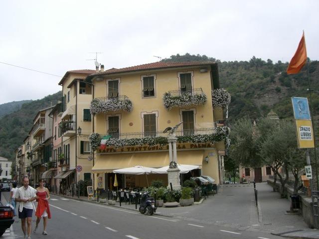 Dolceacqua mit Café della Palma. Ferien in Ligurien an der italienischen Riviera