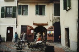 Dolceacqua. Piazza vor der Kirche. Rossese und Olivenöl Verkauf. Urlaub an der italienischen Riviera im Ferienhaus in Ligurien Ligurien