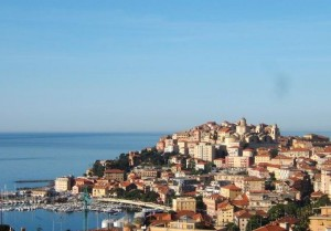 Imperia Hafen mit Porto Maurizio. Urlaub in Ligurien an der italienischen Riviera
