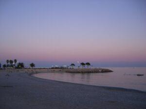 Menton. Abends am Strand. Urlaub an der italienischen Riviera.