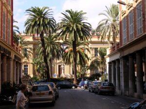 Menton, Hotel de Ville. Urlaub im Ferienhaus bei Dolceacqua an der italienischen Riviera in Ligurien