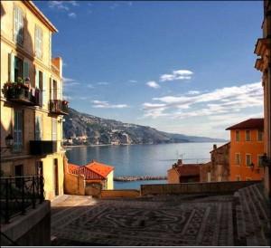Menton. Blick von der Altstadt aufs Meer. Urlaub an der italienischen Riviera im Ferienhaus in Ligurien