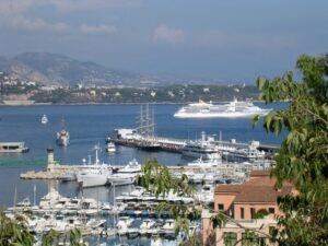 Monte Carlo Blick auf den Yachthafen. Im Urlaub an der italienischen Riviera in Ligurien im Ferienhaus Casa Rochin