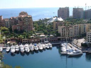 Monte Carlo Hafen in Fontvieille mit Zirkuszelt im Hintergrund. Urlaub im Ferienhaus in Ligurien an der italienischen Riviera
