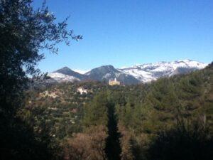 Ausblick auf San Gregorio zwei Tage nach dem Schneechaos vom Ferienhaus Casa Rochin oberhalb Dolceacqua, Ligurien, an der italienischen Riviera
