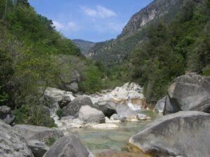Rochetta Nervina. Dorf im Hinterland. Rio Barbaira. Im Urlaub an der italienischen Riviera in Ligurien