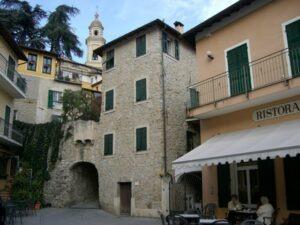 Vallebona. Dorf im Hinterland der italienischen Riviera und Bordighera. Dorfplatz