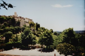Saint Paul de Vence mit Festungsmauer. Urlaub an der italienischen Riviera im Ferienhaus in Ligurien.