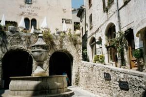 Saint Paul de Vence. Der alte Brunnen von 1850. Urlaub an der italienischen Riviera im Ferienhaus in Ligurien
