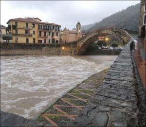 Dolceacqua. Die Nervia bei Hochwasser zu Weihnachten