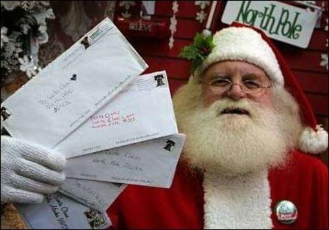 Der Weihnachtsmann verteilt Briefe an die Kinder vom Fürstentum Seborga im Hinterland von Bordighera
