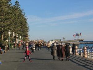 Bordighera Leben am Strand im Winter. Ferien an der Blumenriviera in Ligurien