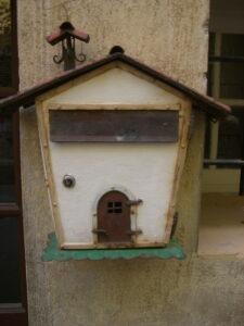 Roquebrune. Ein bemerkenswerter Briefkasten. Urlaub an der italienischen Riviera in Ligurien.