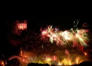 Feuerwerk in Dolceacqua an der Blumenriviera.Ferragosto.