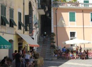 Airole im Hinterland der italienischen Riviera. Auf der Piazza