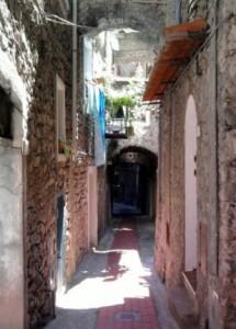 Airole. Hinterland der italienischen Riviera in Ligurien.Typische Gasse.