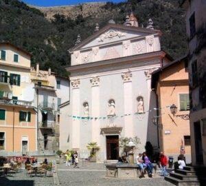 Airole. Piazza vor der Kirche