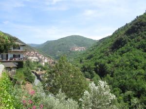 Blick von Pigna auf Castel Vittorio