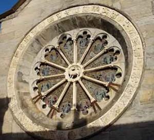 die Rosette der romanischen Kirche San Michele Arcangelo