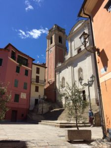 Perinaldo Piazza vor der Kirche