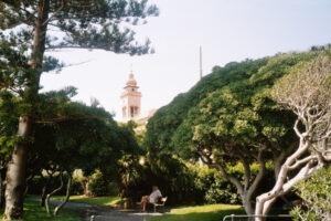 Bordighera an der italienischen Riviera in Ligurien. Park an der Strandpromenade