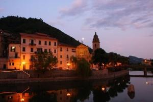 Dolceacqua am Abend. Urlaub an der italienischen Riviera in Ligurien im Ferienhaus Casa Rochin.