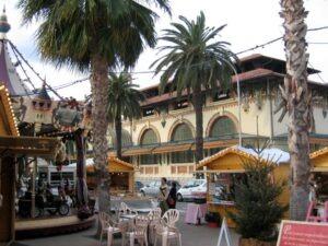 Menton. Markthalle gegenüber vom Museum Jean Cocteau. Im Urlaub an der italienischen Riviera in Ligurien