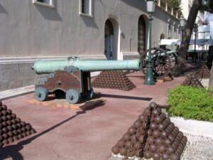 Monte Carlo Kanonen vorm Schloss. Urlaub an der italienischen Riviera in Ligurien