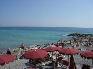 Strand von Bordighera. Urlaub an der italienischen Riviera in Ligurien