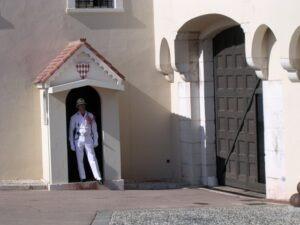 Monte Carlo. Wachposten beim Schloss. Urlaub an der italienischen Riviera im Ferienhaus in Ligurien.
