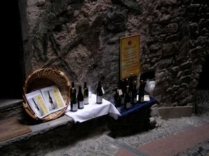 """Verkosten von Rossese, eine """"cantina"""" in der Altstadt. Urlaub an der italienischen Riviera im Ferienhaus in Ligurien"""