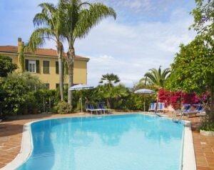 Schwimmbad mit Hotel Villa Elisa im Hintergrund