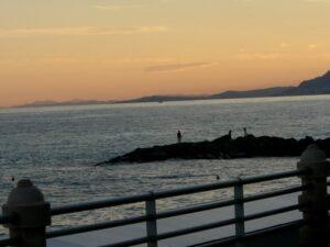 Bordighera. Ein Sommerabend am Strand. Urlaub an der Blumenriviera in Ligurien