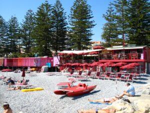 Bordighera an der italienischen Riviera in Ligurien. Balneari Marina Beach