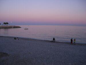 Menton ein Sommerabend. Im Urlaub an der italienischen Riviera in Ligurien.