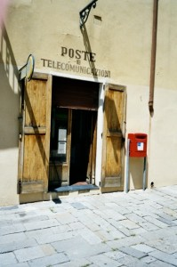 Bordighera. Centro Storico, das Postamt. Urlaub an der italienischen Riviera in Ligurien