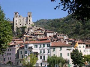 Dolceacqua. Altstadt mit Doria Burg.Urlaub an der italienischen Riviera in Ligurien.
