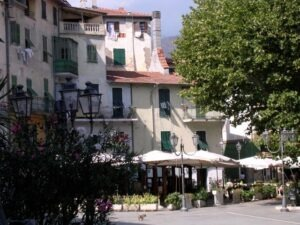Dolceacqua. Piazza. Urlaub an der italienischen Riviera in Ligurien.