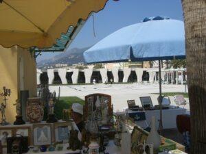 Menton. Antiquitätenmarkt beim Jean Cocteaumuseum. Urlaub an der italienischen Riviera in Ligurien