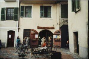 Dolceacqua Piazza vor der Kirche. Urlaub an der Blumenriviera in Ligurien