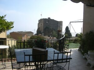 Roquebrune. Blick zum Wehrturm. Urlaub an der italienischen Riviera in Ligurien.
