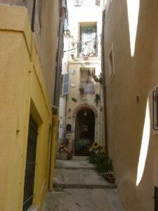 Roquebrune. Eine Gasse. Urlaub an der italienischen Riviera in Ligurien.