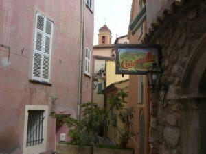 Roquebrune.Blick zur Kirche 12. Jhdt. Urlaub an der italienischen Riviera in Ligurien.