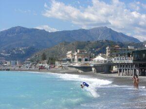 Bordighera Strandleben. Ferien an der Riviera di Ponente in Ligurien.