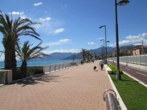 Vallecrosia. Boulevard. Ferien in Ligurien an der italienischen Riviera